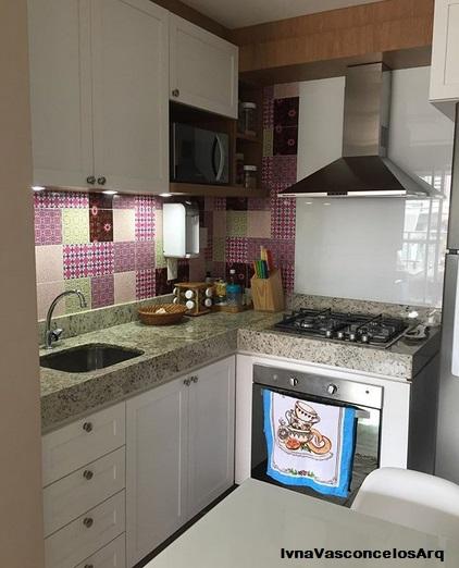 cozinha pequena com armários brancos