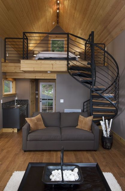 escada helicoidal preta com degrau de madeira em loft