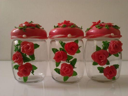 Flores de Biscuit vermelhas no pote