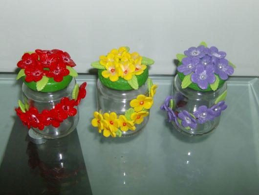 Flores de Biscuit amarelas no pote