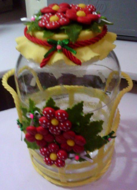 Flores de Biscuit vermelhas com miolo amarelo no pote