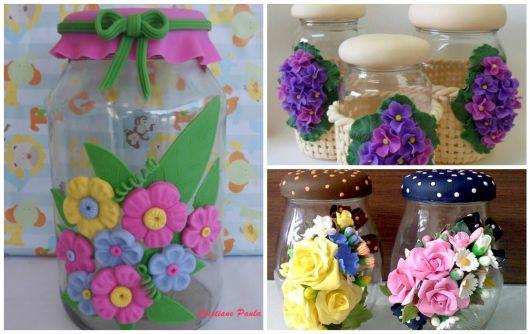 Flores de Biscuit rosas e azuis no pote