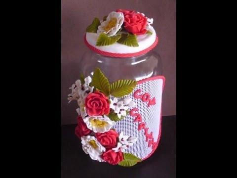 Flores de Biscuit vermelhas e brancas no pote