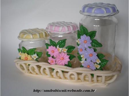 Flores de Biscuit rosas e lilás no pote