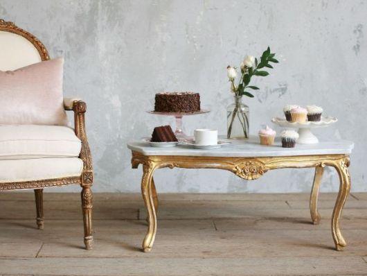 Mesa vintage dourada