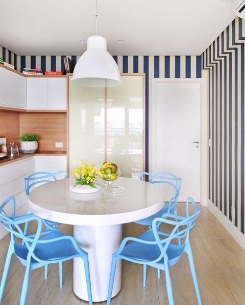 mesa de jantar com cadeiras azuis