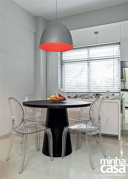 sala de jantar com cadeiras modernas