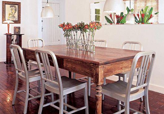 Linda mesa de jantar quadrada com madeira maciça
