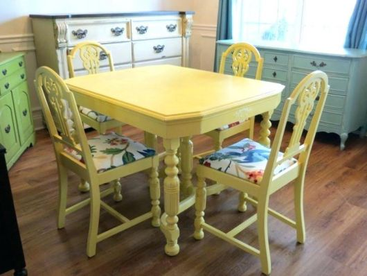 Mesa quadrada antiga na cor amarelo bebê