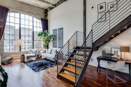 loft moderno industrial com escada em L de ferro e madeira