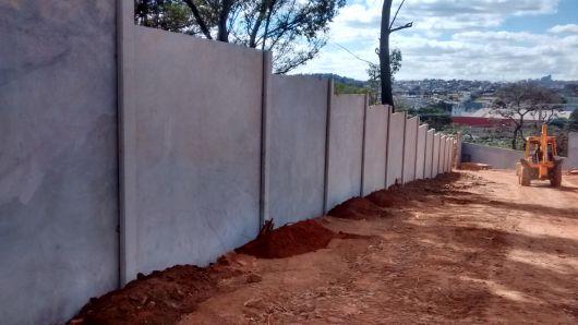 muro pré moldado sendo instalado