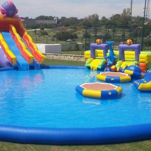 piscina grande com tobogã