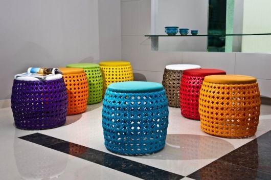 Puffs nas cores azul, laranja, vermelho, verde, amarelo e azul escuro com detalhes furadinhos.