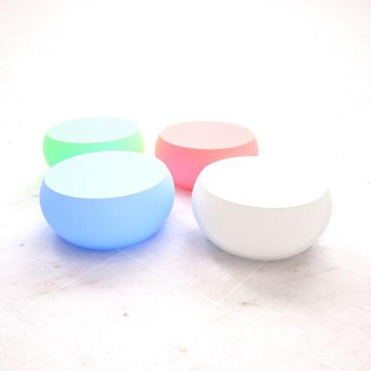 Puffs redondos baixos com base achatada nas cores azul, branco, rosa e verde.