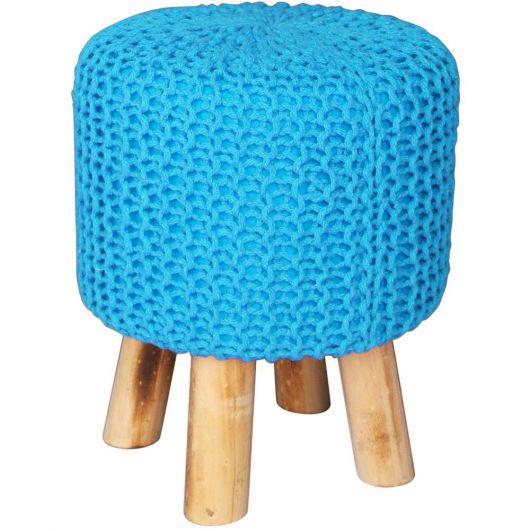 Puff azul capa de tricot com pés de madeira.