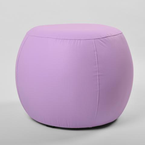 Puff redondo na cor lilás.