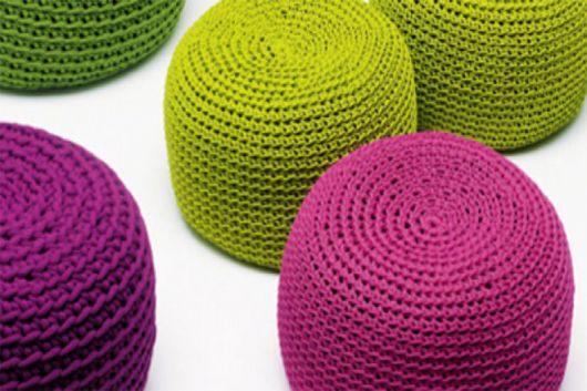 Puff de tricot rosa, verde e roxo.