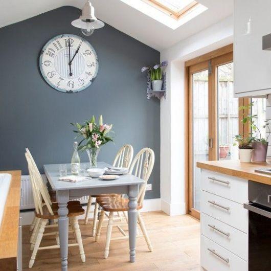relógio de parede grande deu destaque à cozinha + sala de jantar