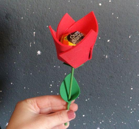 Rosa de EVA vermelha com bombom