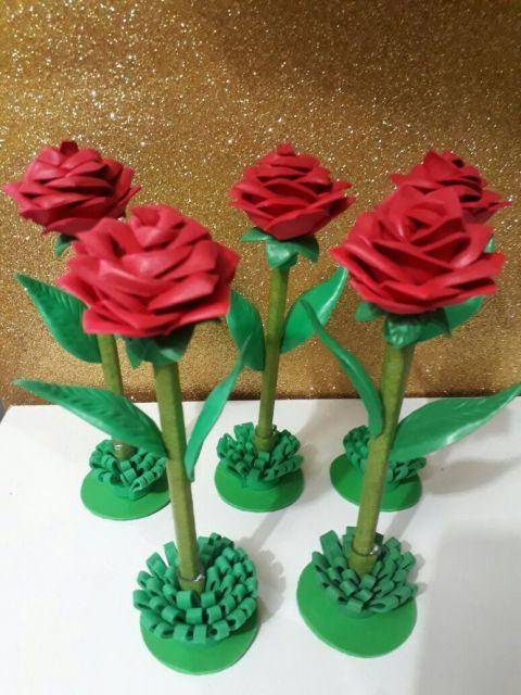 Rosa de EVA vermelha na caneta