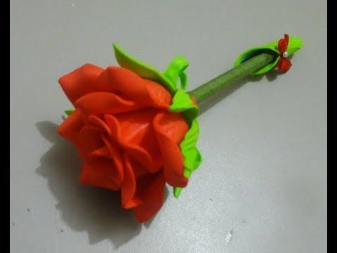 Rosa de EVA vermelho na caneta