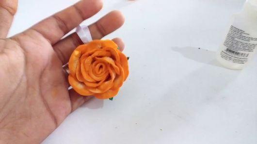 Rosa de EVA laranja chaveiro