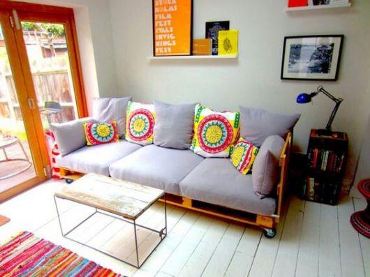 sala com sofá de palete