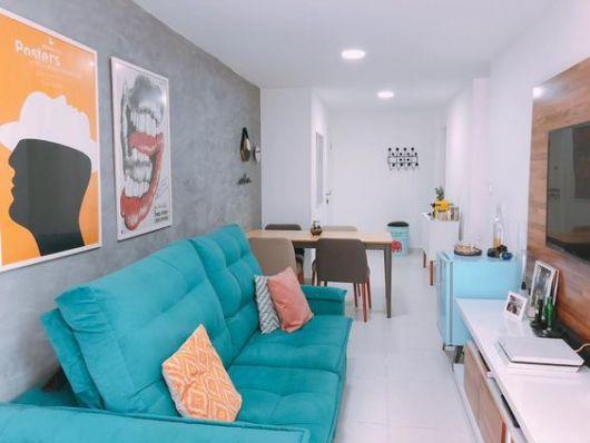 sala com sofá colorido