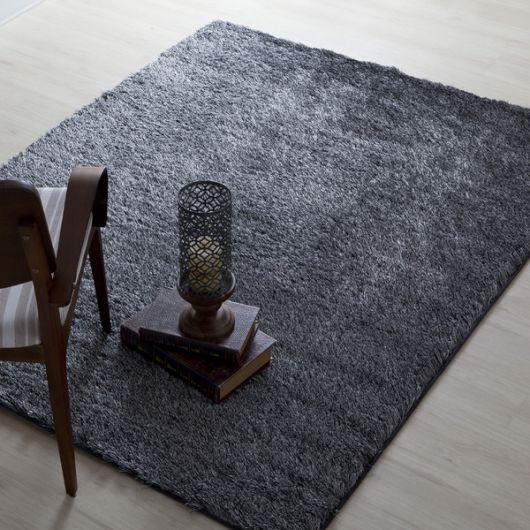 Um tapete cinza escuro para sua sala de leitura