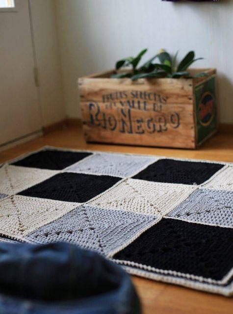tapete cinza com preto feito com tricot