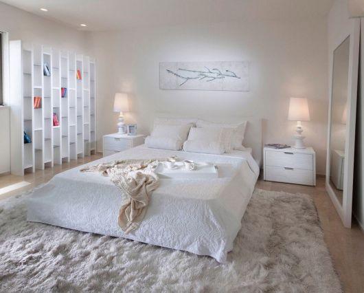tapete cinza bem clarinho em quarto de casal clean