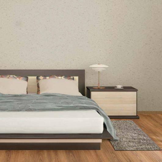 Quarto com paredes cinza claro e cama  de casal com tapete cinza claro.