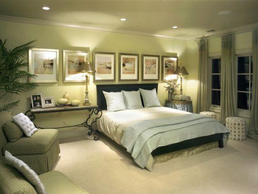 Modelo de quarto clarinho com cama preta e tapete sisal nude.
