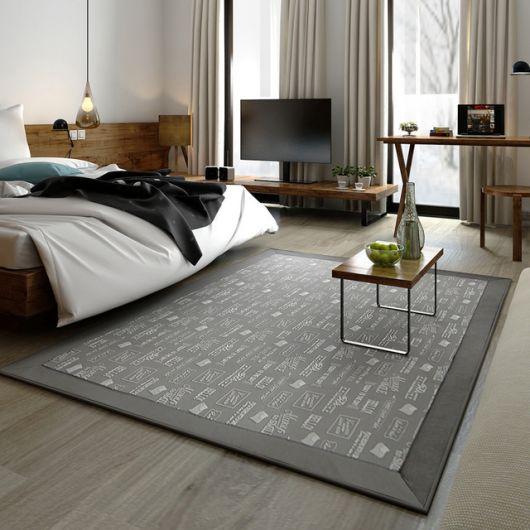 Quarto moderno com tapete sisal cinza estampado.