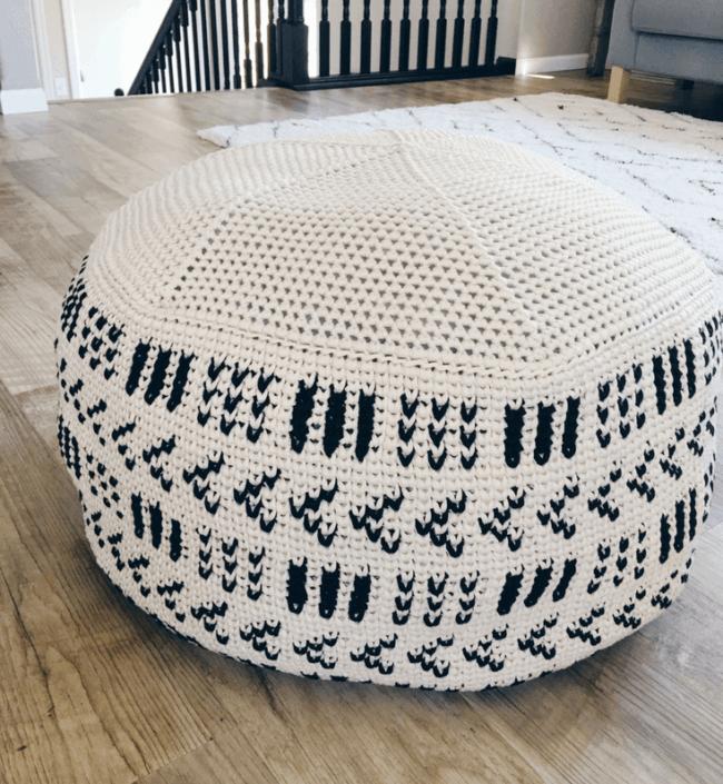 Modelo de puff grande de crochê branco e preto
