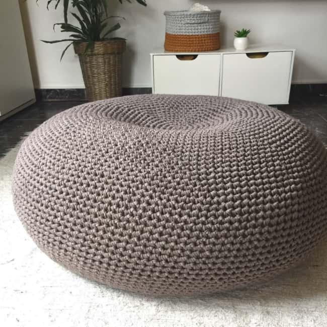 Puff gigante de tricot marrom