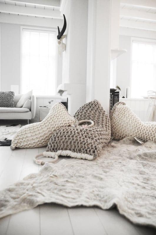 Puffs de crochê gigantes bege e branco
