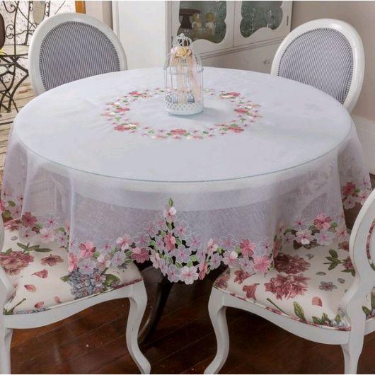 Toalha de mesa branca.