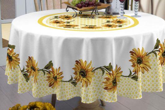 Tolaha de mesa branca com amarelo de estampa de girassóis.