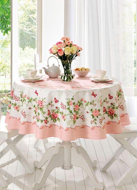 toalha de mesa rosa floral.