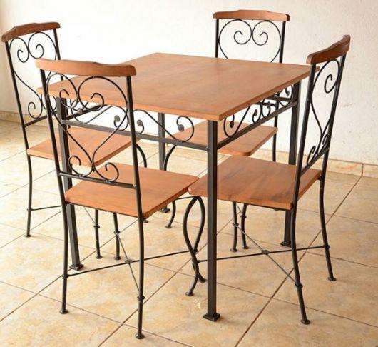 Mesa provençal com base de ferro