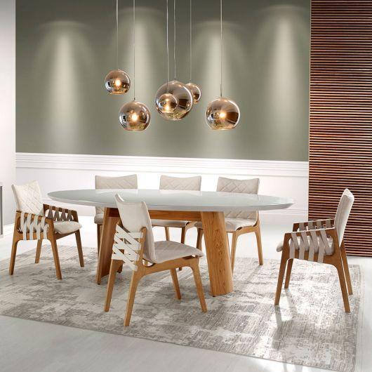 Mesa de madeira oval em decoração moderna