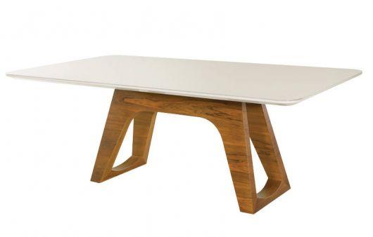 mesa com base de madeira