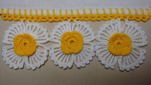 Bico de crochê de flor amarela e branca