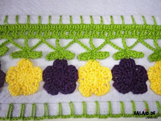 Bico de crochê com flores roxas e amarelas em pano de prato