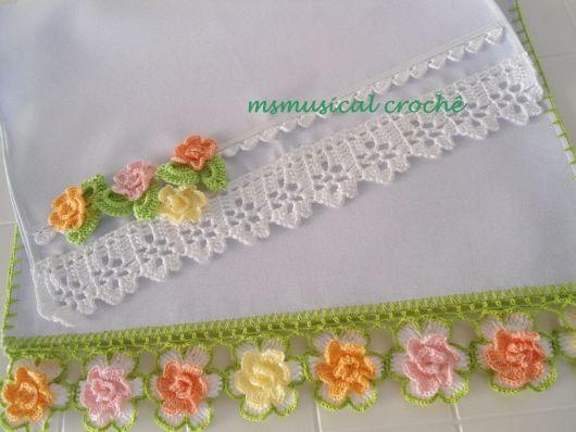 Bico de crochê com flores coloridas em pano de prato
