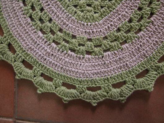 Bico de crochê em tapete oval verde e branco