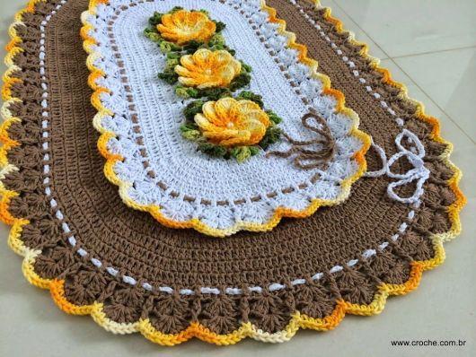 Bico de crochê em tapete oval com flores amarelas