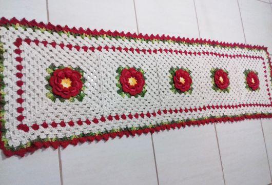 Bico de crochê em passadeira branca com flores vermelhas