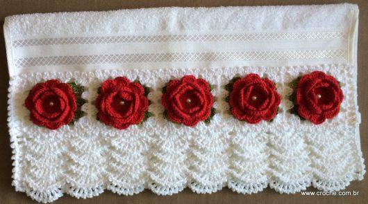 Bico de crochê em toalha branca com flores